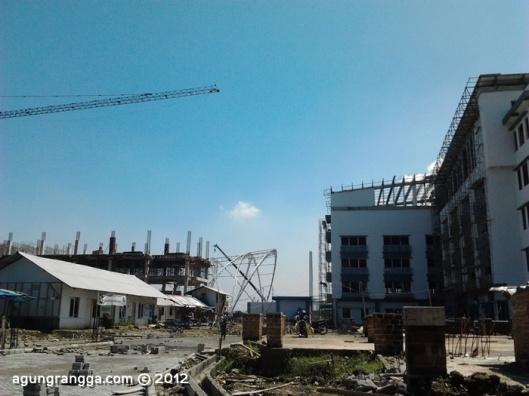 beberapa gedung yang lagi dibangun, ada STISI Telkom, gedung aula, laboratorium, dan gak ketinggalan 'Silicon Valley_-nya Indonesia Bandung Techno Park