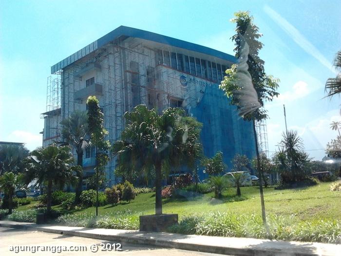 gedung utama IMTelkom, tampak lagi direnovasi, katanya gara2 angin kencang