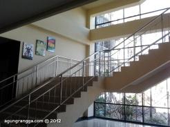 tangga yang berada di dalam gedung IMTelkom