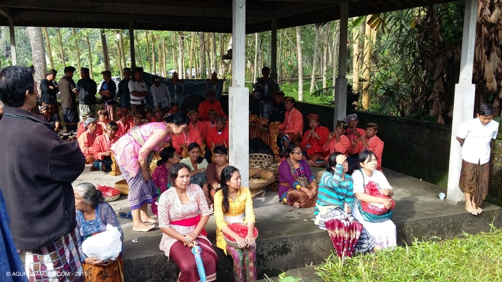 para penduduk dan keluarga yang ikut menyaksikan upacara ngaben