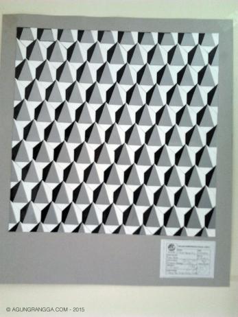 nirmana 3 dimensi, dibuat menggunakan stiker warna putih, hitam dan abu-abu