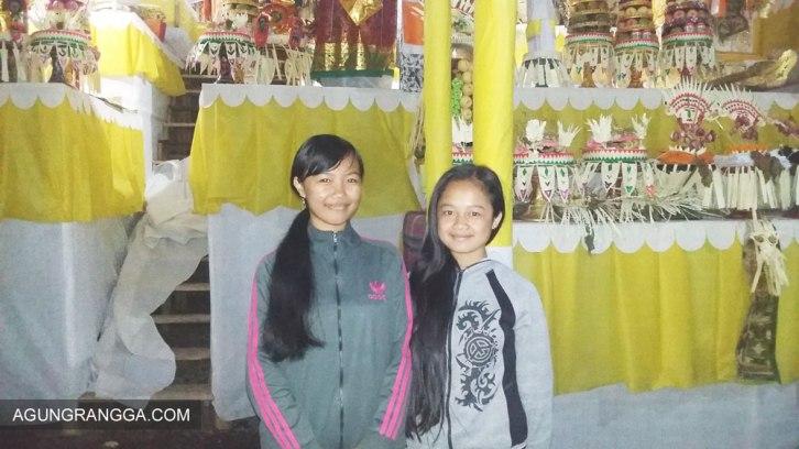 Dewi (kiri) dan adik sepupu Ayu Gek (kanan)