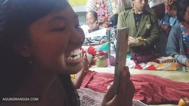 Dewi sedang mengecek keadaan giginya