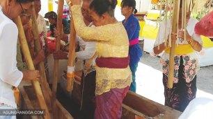 Para ibu-ibu memainkan musik alu dan lesung