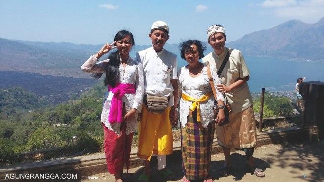 foto keluarga di danau batur