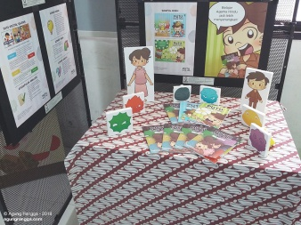 display buku dan character stand