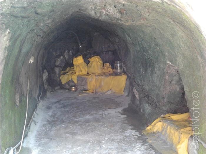 gua ini bisa tembus ke gunung rinjani - Pura Lingsar Narmada, Lombok