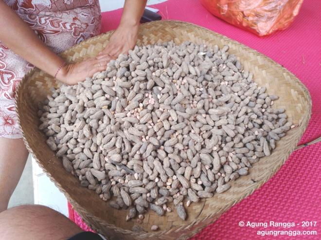 rumpi sambil mengupas kacang