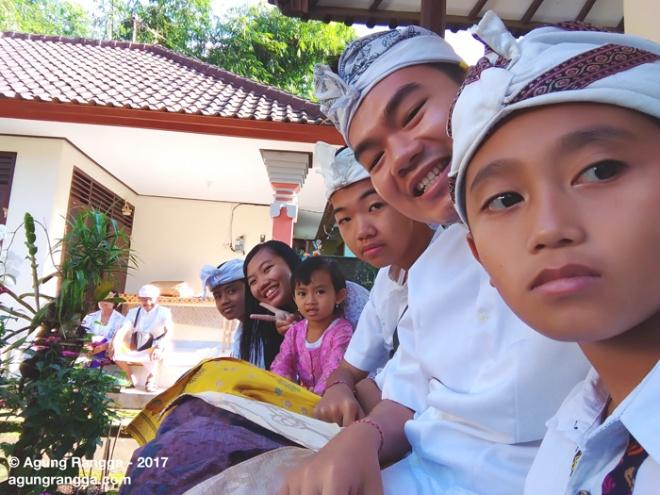bersama saudara dan sepupu
