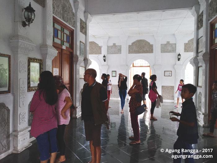 banyak lukisan dan foto bersejarah di Taman Soekasada Ujung