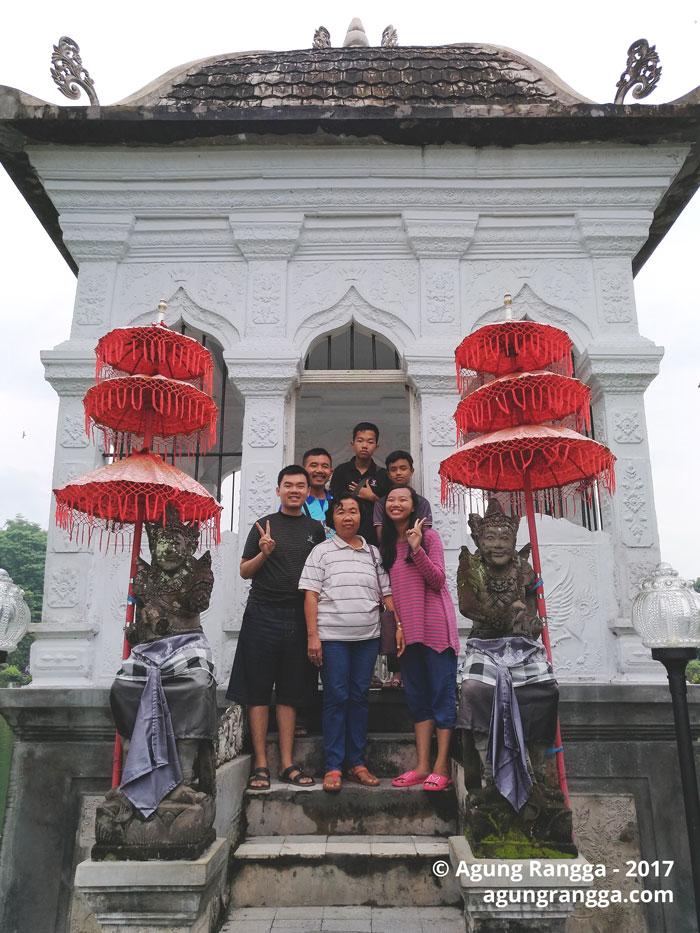 foto bersama di Taman Soekasada Ujung