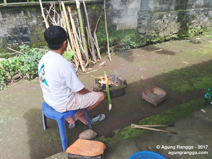 membakar ayam cara tradisional