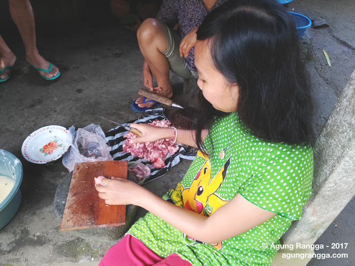 memotong daging babi