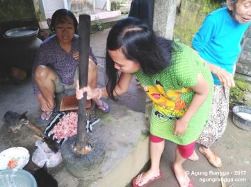 menumbuk bumbu urutan babi