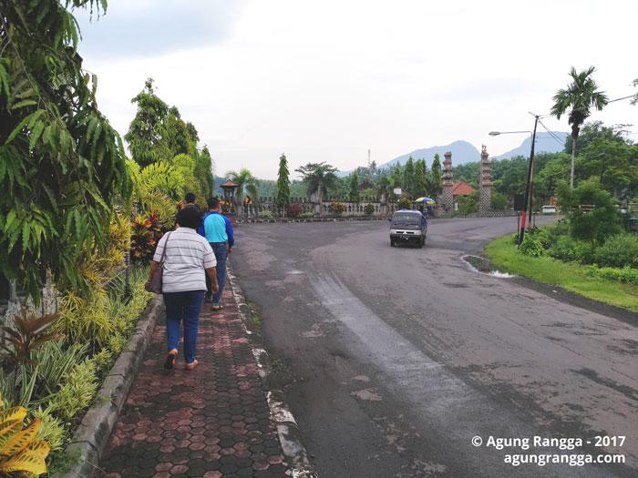 menyusuri jalan menuju Taman Soekasada Ujung