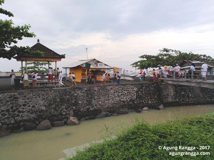 pura di seberang Taman Soekasada Ujung