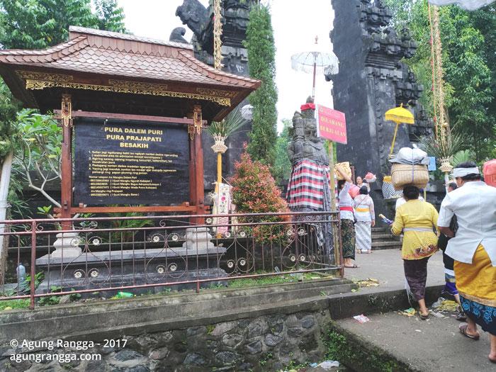 gerbang masuk Pura Dalem Puri dan Pura Prajapati Besakih