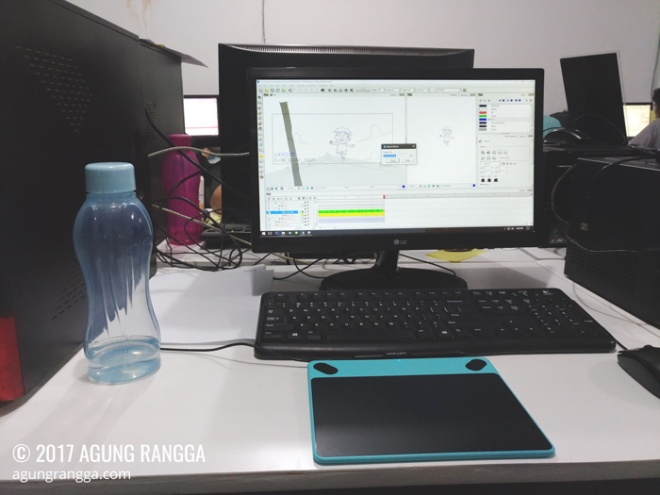 komputer dan peralatan kerja di kantor