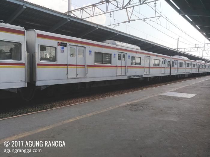 naik commuter line di Stasiun Bekasi