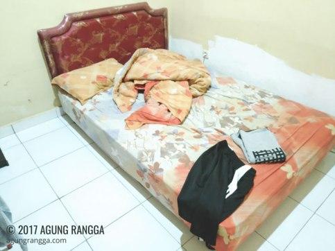 kamar dengan tempat tidur yang muat berdua