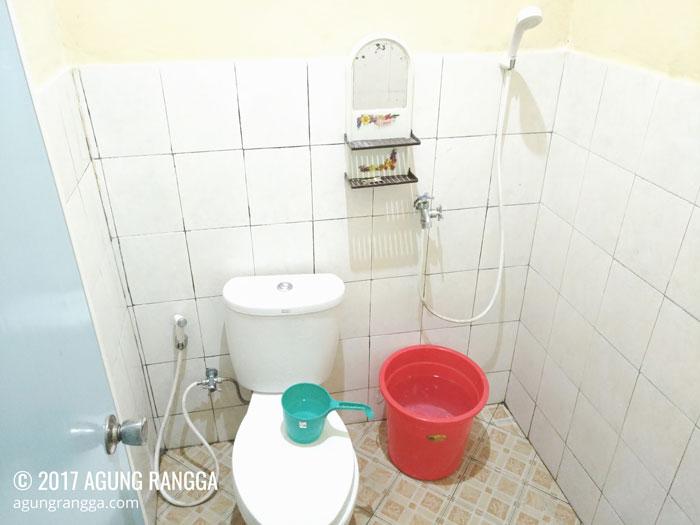 kamar mandi bersih dengan wc duduk