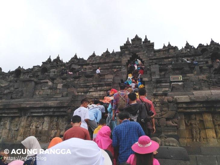 naik ke puncak Candi Borobudur