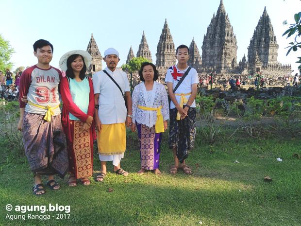 foto keluarga di depan Candi Prambanan