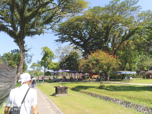jalan menuju ke Candi Prambanan