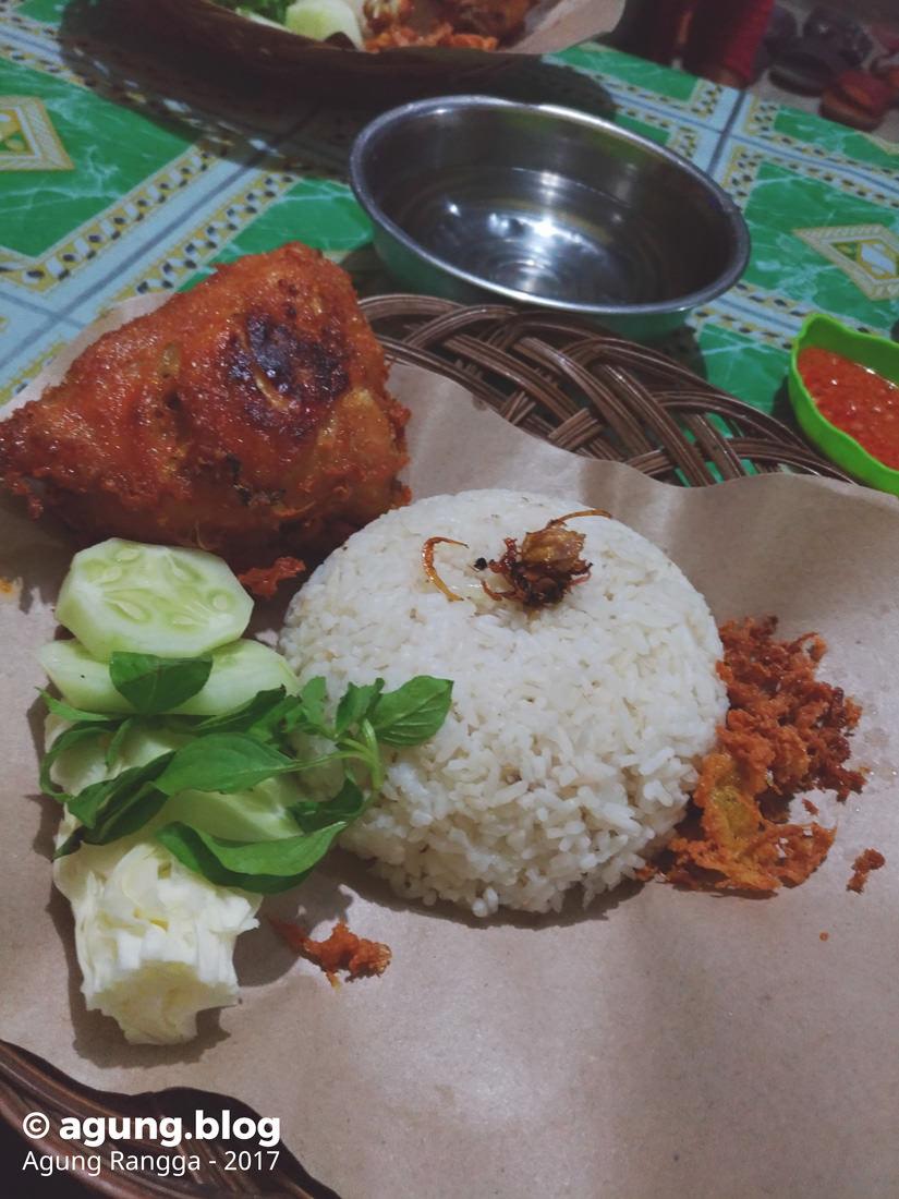 makan ayam kremes Lesehan Sederhana Jeng Nina di Yogyakarta
