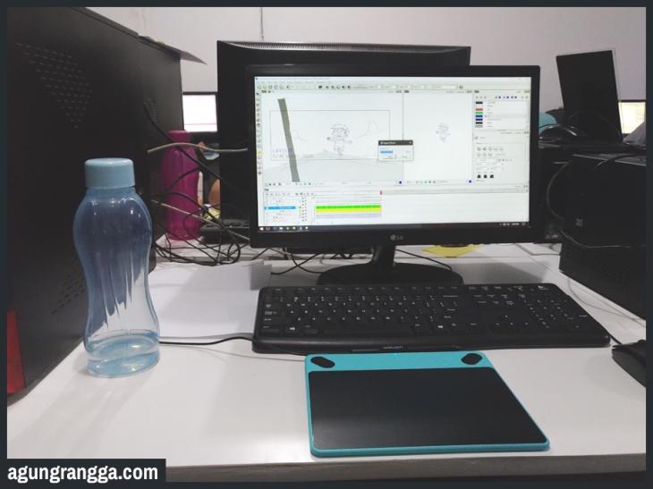 Maret - Meja kerja di kantor
