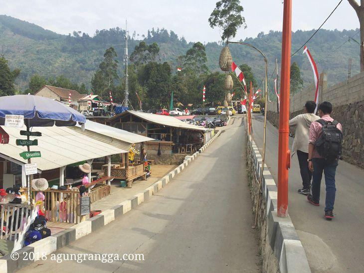 Jalan kaki menuju The Lodge Maribaya