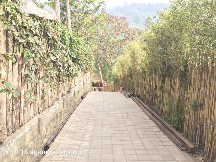 Pagar bambu di The Lodge Maribaya