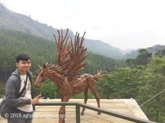 Patung unicorn kayu di The Lodge Maribaya