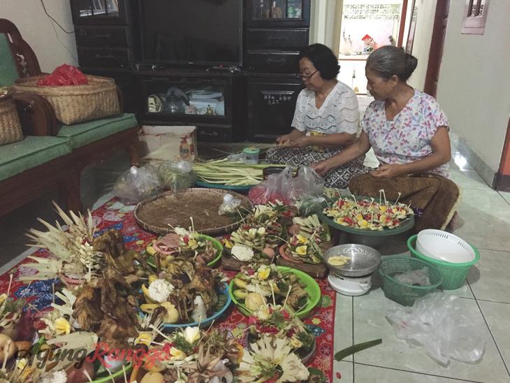 Maret - Mama dan Uwak sedang membuat banten Saraswati