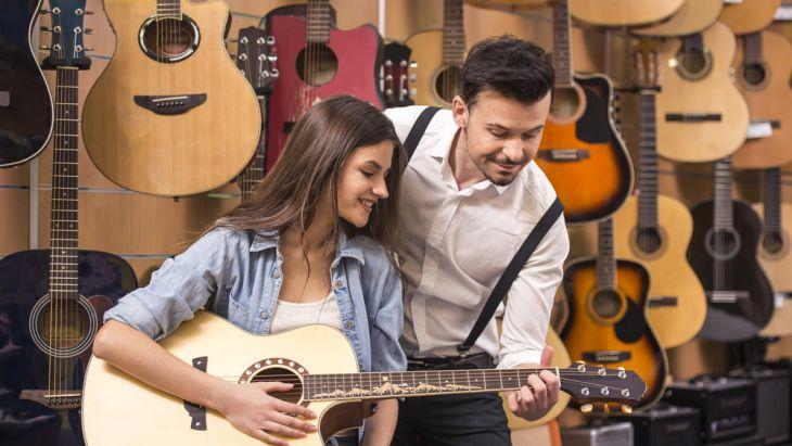 Mempelajari cara memetik gitar