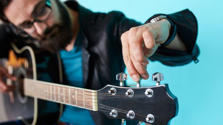 Mempelajari cara menyetel senar gitar