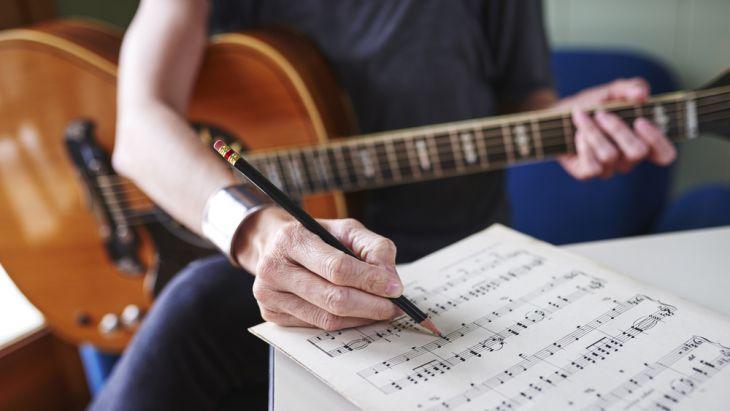 Mempelajari kunci-kunci dasar pada gitar