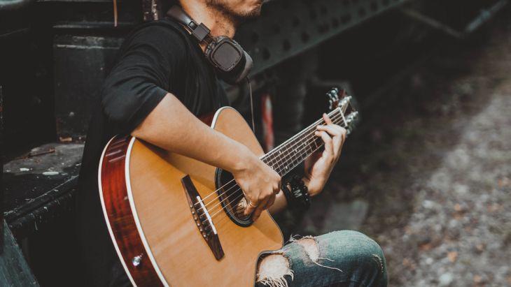 Terus berlatih memainkan kunci dasar gitar