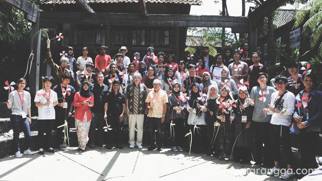 Foto bersama di Komunitas Hong